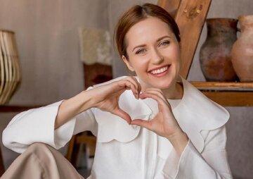 """Зірка """"Кріпосної"""" Денисенко у прозорому корсеті показала бездоганні вигини: """"Богиня краси!"""""""