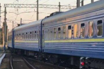 """НП з поїздом """"Укрзалізниці"""": з колії зійшло одразу чотири вагони, інші рейси затримуються"""
