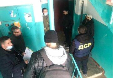 Затолкали во внедорожник и уехали: в Харькове мужчину похитили прямо из дома, фото