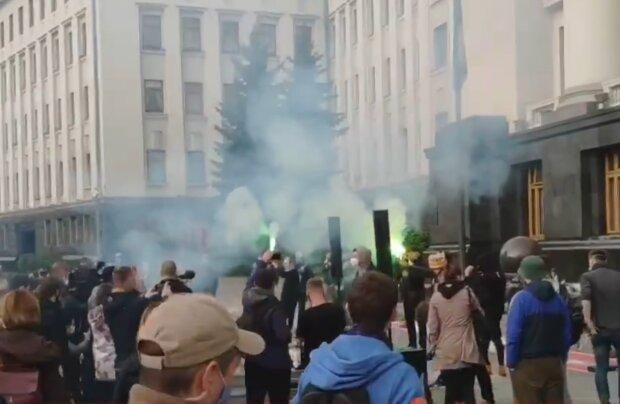 Новий бунт спалахнув під вікнами Зеленського, все в диму: кадри незвичайного повстання на Банковій