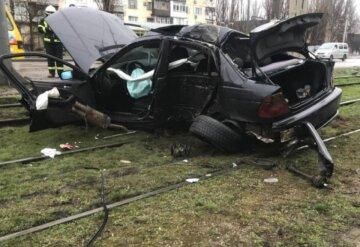 Лихач на BMW вылетел за проезжую часть на рельсы: кадры жуткого ДТП в Одессе