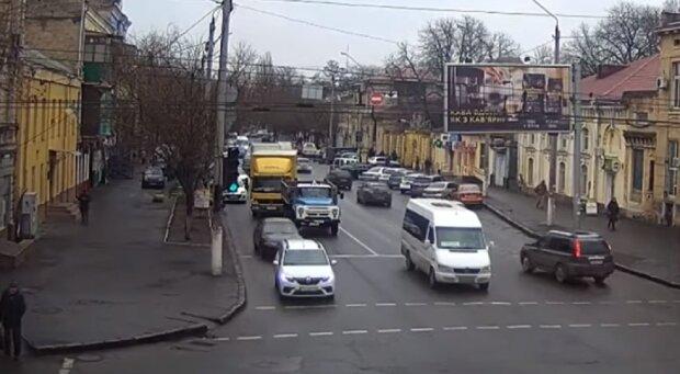 Грузовик снес светофор в Одессе: видео всколыхнуло сеть