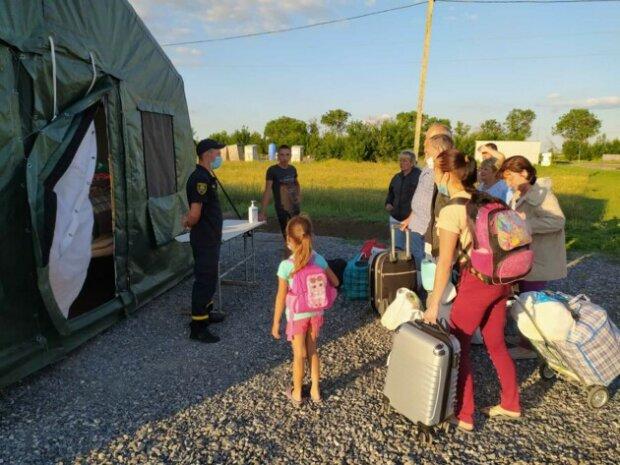 """Боевики """"ДНР"""" не пропускают людей в ОРДЛО, фото: Украина """"приютила"""" уже 15 человек"""
