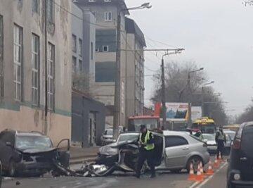 Іномарки лоб в лоб зіткнулися в Одесі, є жертви: відео з місця аварії