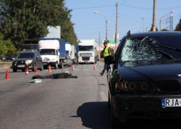 """У Дніпрі BMW на величезній швидкості збив пенсіонерку, кадри: проігнорував """"зебру"""""""