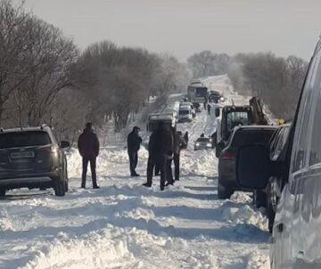 """""""Трасу відкрили, а сніг не прибрали"""": на відео показали, як водії загрузли в заметах на Одещині"""