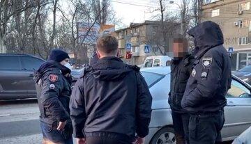 """В Одессе банда в сговоре с полицейским заманивала людей через интернет: """"приглашали на квартиру, чтобы..."""""""