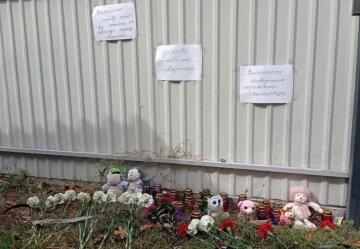 Украинцы прощаются семилетним Андрюшей, фото: принесли игрушки и цветы