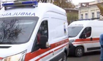 """Нова хвиля пандемії в Одесі, швидкі """"стоять"""" у черзі: кадри з місця"""