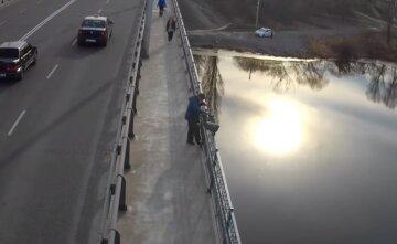Пьяный украинец решил спрыгнуть с моста за 100 грн: опасное пари попало на видео