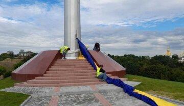 Самый большой флаг Украины пришлось спустить после недели открытия, фото: что произошло