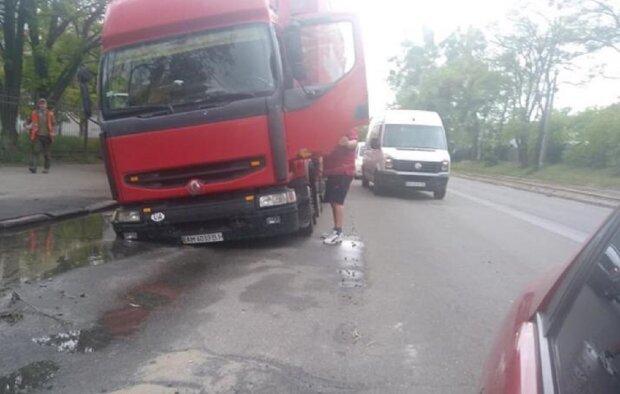Вантажівка пішла під землю разом з асфальтом у Києві: фото НП