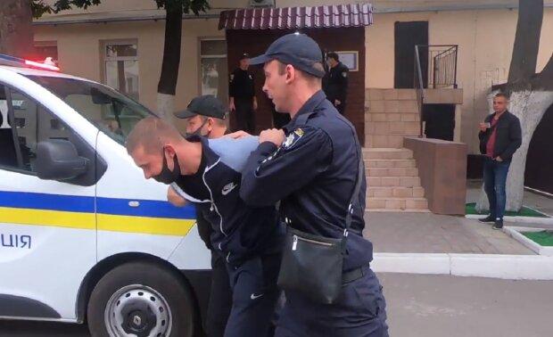 """Розбірки на Одещині закінчилися нападом на поліцію, фото: """"розбив кулаком..."""""""