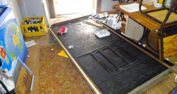 На рынке в Киеве устроили погром, фото: избили продавщицу и опрокинули на нее холодильник