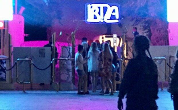 """Нічні клуби забиті, працюють дитячі атракціони: як в Одесі """"дотримуються"""" карантину"""