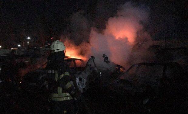 """Пожежа небувалих масштабів спалахнула в Одесі, фото НП: """"знищено 20 авто"""""""