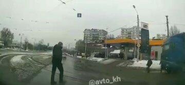 """У Харкові вантажівка переїхала чоловіка, момент потрапив на відео: """"перебував у сліпій зоні"""""""