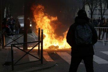 Протести в Парижі: студенти напали на поліцейських (відео)