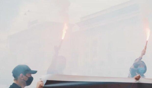 У центрі Харкова неспокійно, вулиця в диму і вогні: кадри протесту
