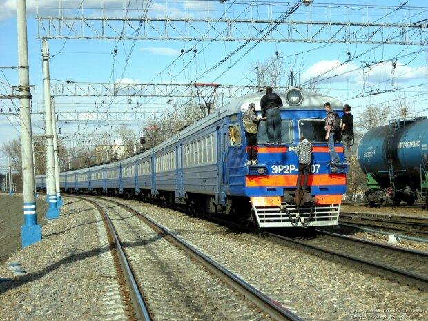 """Підлітки влаштували безлад на залізниці в Харкові: """"про матерів подумайте"""", відео 18+"""