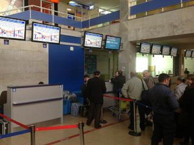 """Мужчина угрожает взорвать аэропорт в Одессе, началась эвакуация: """"Заехал на микроавтобусе и..."""""""