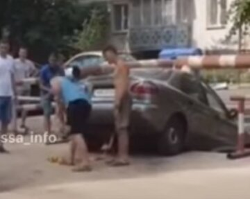 В Одессе легковушка провалилась в разрытый коллектор: кадры спасения из ловушки