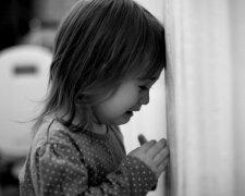 девочка плачет ребенок