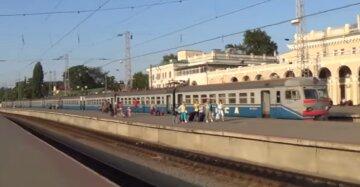 Вместо кондиционера: поезд Одесса-Мариуполь во время поездки потерял окно, видео