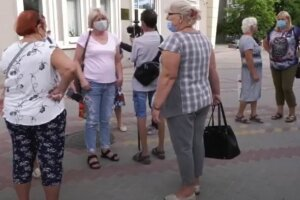 украинцы, на улице, в масках, лето, пенсионеры, пенсионерки