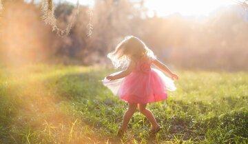 Joy-girl-child-pink-skirt-summer-sunshine_1920x1200