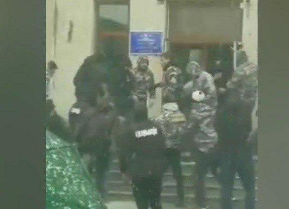"""Бій під Вінницею, штурмують мерію: """"швидкі"""" розвозять поранених, кадри атаки"""