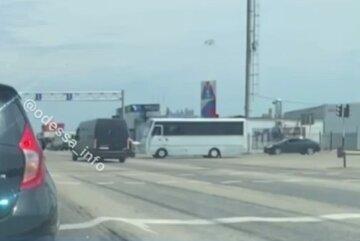 """В Одесі мікроавтобус пролетів на """"червоний"""" і збив мопедиста: момент потрапив на камеру"""