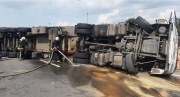 Вантажівка перекинулася на трасі Київ-Одеса, паливо розлито по дорозі: терміново викликали рятувальників