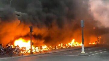 На вокзале масштабный пожар, стена огня и черный дым окутал столицу: начались бои с полицией, кадры