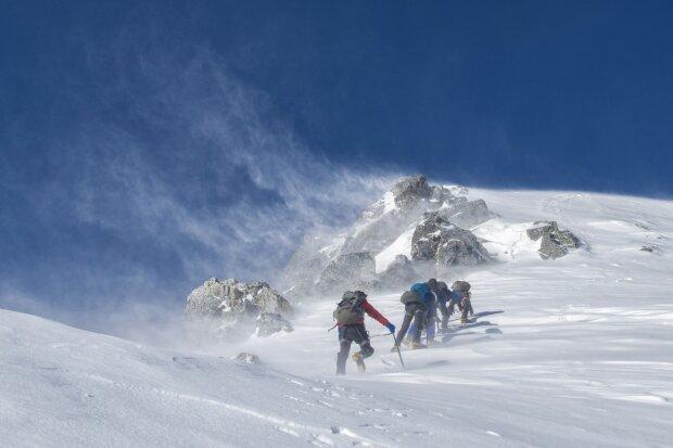 зима горы туристы