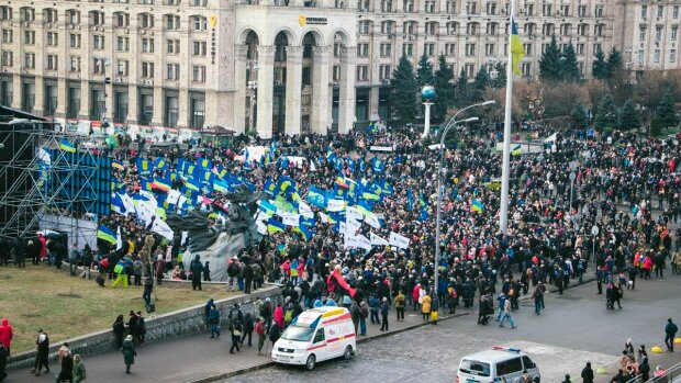 Расстрел на Майдане: сотни людей в слезах собираются в центре Киева, кадры
