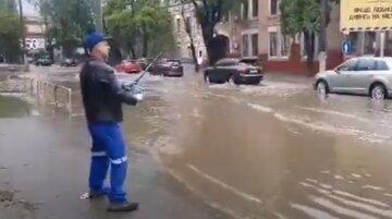 Після зливи одесити влаштували риболовлю на затоплених вулицях: оприлюднене відео