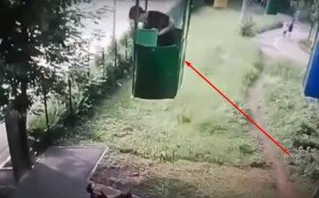 У Харкові хлопець випав з кабіни канатної дороги під колеса авто: момент потрапив на камеру