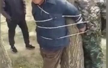 В Киргизии прямо на улице начали наказывать чиновников и сотрудников полиции: кадры происходящего