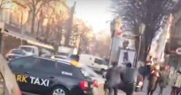 Таксисти влаштували бійку в центрі Одеси: бійня потрапила на відео