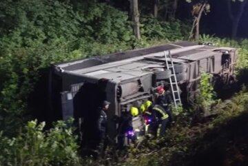 Автобус с украинцами перевернулся в кювет, десятки раненых: первые детали и кадры ДТП