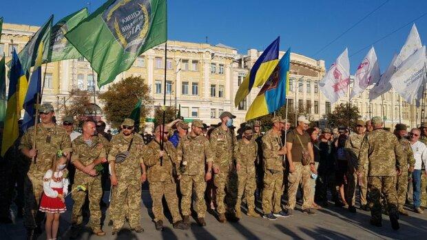 Десятки машин з прапорами проїхалася Харковом, фото: неймовірне видовище