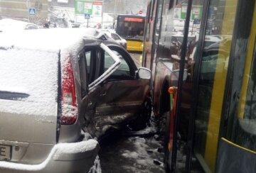 У Києві машина на слизькій дорозі протаранила два авто: в салоні перебувала вагітна, кадри ДТП