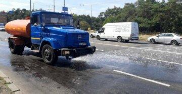 """Комунальники Кличка вирішили помити дороги шампунем, фото: """"понад півсотні машин..."""""""