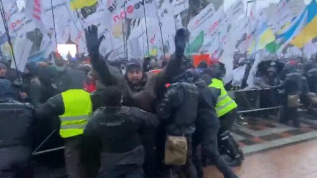 Разъярённые украинцы пошли на штурм Рады, силовики едва сопротивляются: кадры происходящего