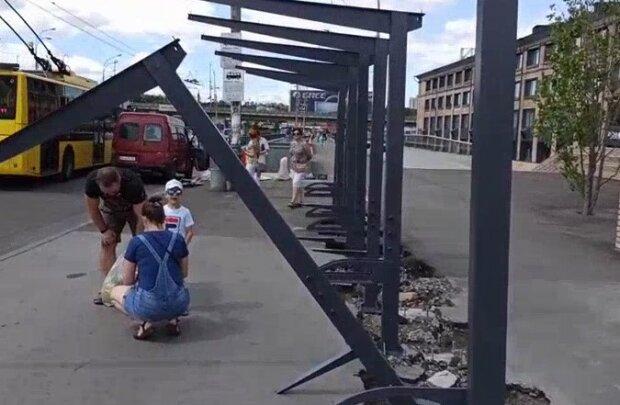 """В Киеве ребенок чудом спасся от рухнувшей балки на остановке, видео: """"На волосок от беды"""""""