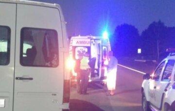 Автобус на повному ходу врізався в зупинку, серед постраждалих дитина: кадри аварії