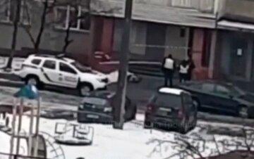 У Києві чоловік випав з вікна багатоповерхівки: деталі та відео з місця трагедії