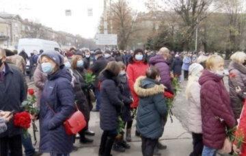 """Жители Днепра провели в последний путь легендарного украинца, фото: """"Он был великий..."""""""