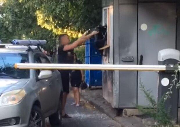 """Таксист устроил погром на парковке в Одессе, видео: """"Отказался платить"""""""